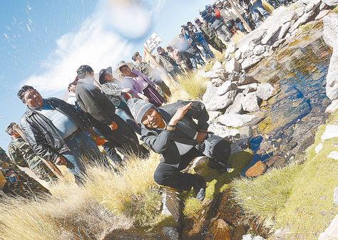 Visita. El presidente Morales inspecciona el primer ojo de agua en el Silala y moja a periodistas.