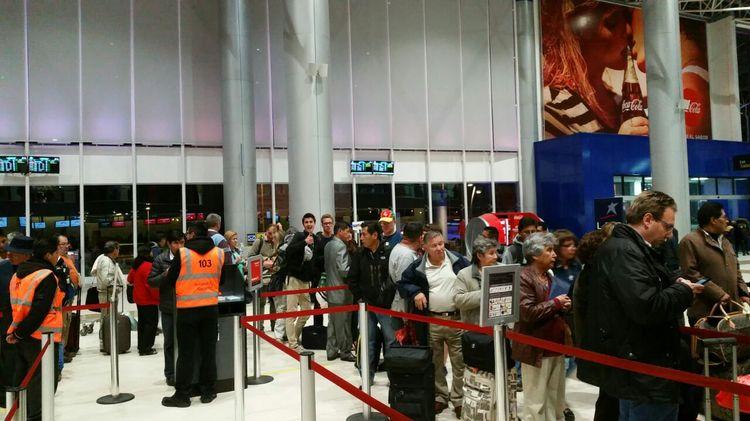 Los pasajeros del vuelo 246 de Avianca hacen fila para ser atendidos.
