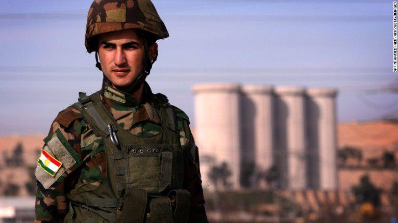 Un soldado kurdo peshmerga iraquí hace guardia cerca de la presa de Mosul en el río Tigris.