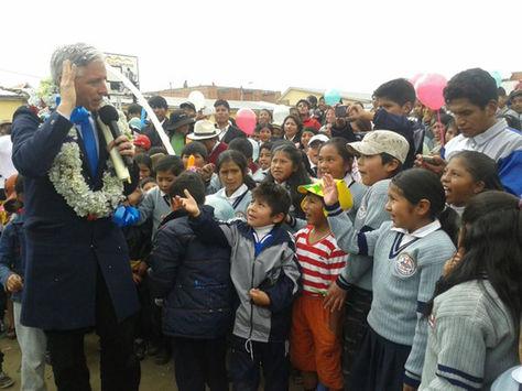 El vicepresidente Álvaro García Linera en la Unidad Educativa '6 de marzo' de El Alto festejando el día del niño.