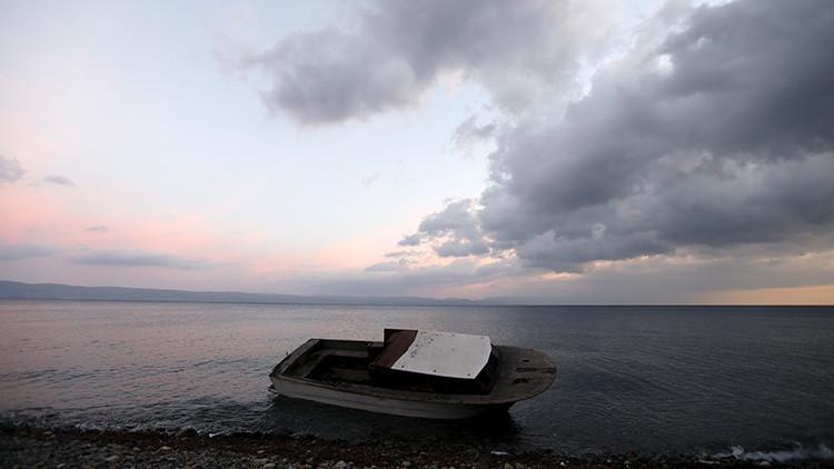 Barco utilizado por los refugiados para cruzar el mar Egeo desde las costas turcas en la isla griega de Lesbos, 21 de noviembre de 2015.
