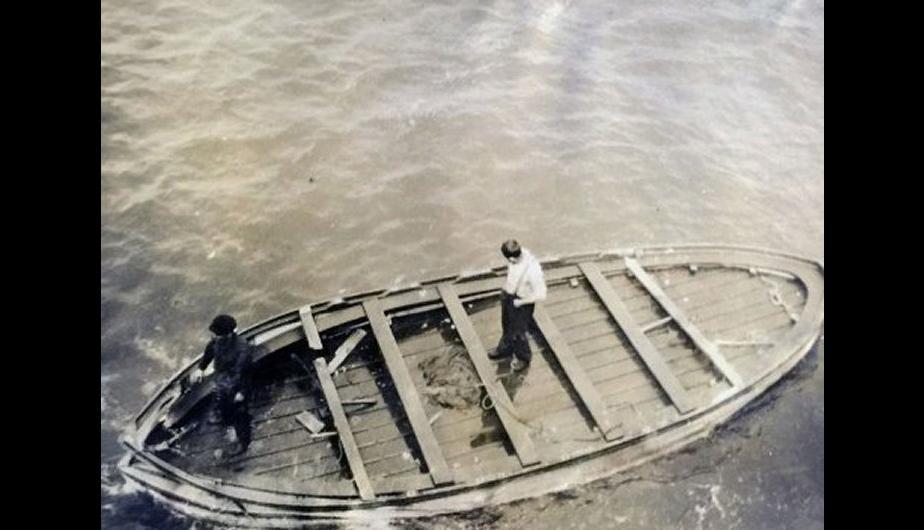 """El último bote salvavidas del Titanic es inspeccionado por dos miembros de la tripulación del <span class=""""caps"""">RMS</span> Oceanic. (Foto: HAldridge/BNPS)"""