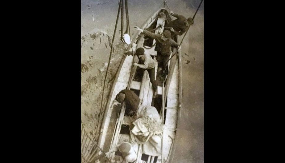"""La tripulación del <span class=""""caps"""">RMS</span> Oceanic regresa tras encontrar los tres cuerpos que viajaban a la deriva tras el hundimiento del Titanic. Murieron por la exposición al clima. (Foto:HAldridge/BNPS)"""