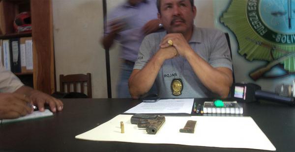 El director policial de Los Lotes muestra el arma con el que actuó Florencio Patzi el lunes por la noche