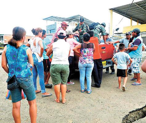 Provisión. Uniformados ecuatorianos hacen entrega de las donaciones enviadas desde Bolivia.