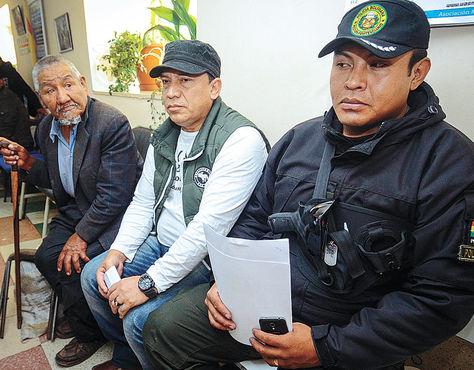 Acusado. Marco Antonio Aramayo (centro) cuando acudió a una consulta en un centro médico paceño.