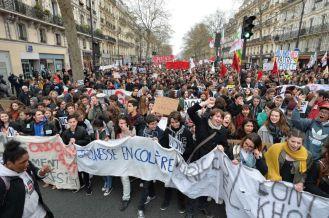 """Alumnos de la escuela secundaria y estudiantes universitarios marchan durante una manifestación contra la reforma de la legislación laboral planificadas por el gobierno en París. En la bandera se lee """"Angry Juventud""""( Juventud enfadada). MIGUEL MEDINA (AFP)"""