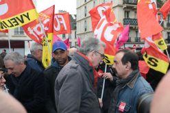 El secretario general del Partido Comunista Francés (PCF), Pierre Laurent, habla con el secretario general del sindicato francés (CGT), Felipe Martínez al inicio de la manifestación en París, Francia. JOEL SAGET (AFP)