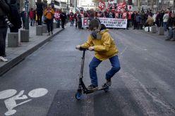 Un niño con una máscara de gas lacrimógeno juega con un patinete durante la manifestación contra la reforma de la legislación laboral del gobierno francés en Rennes, Francia. DAMIEN MEYER (AFP)