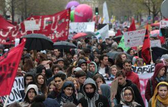 Multitud de jóvenes han salido a la calle para manifestarse contra las propuestas laborales del gobierno francès en París, Francia. JOEL SAGET (AFP)