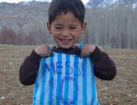 Murtaza Ahmadi posa con su camiseta hecha con una bolsa de plástico. Foto: www.sportal.co.nz