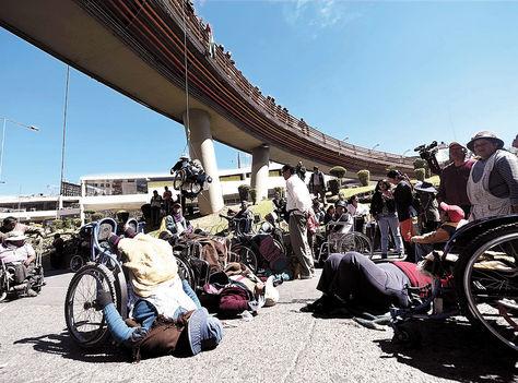 Protesta. Los discapacitados, en vigilia en la pasarela de la Pérez Velasco (La Paz).