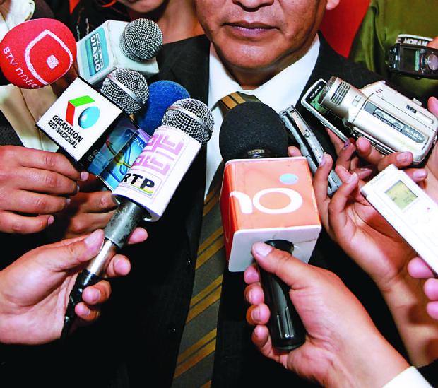 Periodistas afirman que ejercen su trabajo en un ambiente hostil