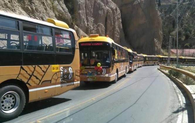 Nuevos 80 buses PumaKatari que cubrirán cuatro rutas recorrieron la ciudad en caravana