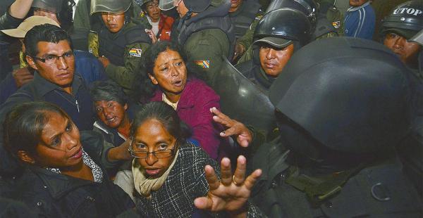Actualmente siguen concentrados en  vigilia en la plaza Murillo y sus alrededores