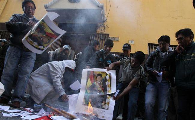 Obreros despedidos queman afiches y libros con la imagen de Evo Morales