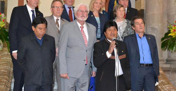 Evo y la delegación de parlamentarios alemanes durante un conferencia de prensa en Palacio de Gobierno
