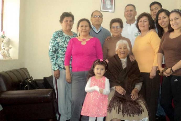 NONAGENARIA: Agustina Durán Flores, el día de su cumpleaños junto con sus hijos, algunos nietos y una biznieta.