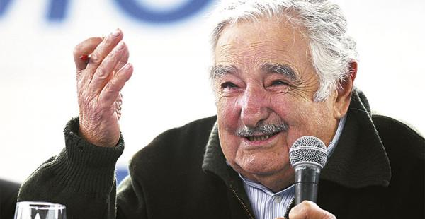 El uruguayo estaba perfectamente abrigado. Ayer por la mañana estuvo en la universidad Nur, arropado por jóvenes que lo escuchaban atentos