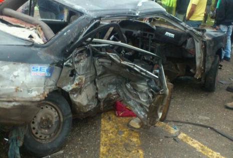 Esta es el automóvil que fue impactado por una vagoneta roja