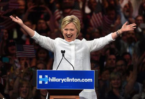La candidata presidencial demócrata Hillary Clinton celebra en el escenario durante un evento en Brooklyn Navy Yard.