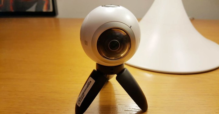 Gear 360 blanca en mesa