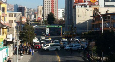 Bloqueos de choferes de transporte público en varias zonas de la urbe paceña y largas filas en todas las estaciones de Mi Teleférico.