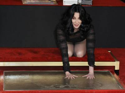 Cher deja su huella en el teatro chino de Grauman, de Hollywood.