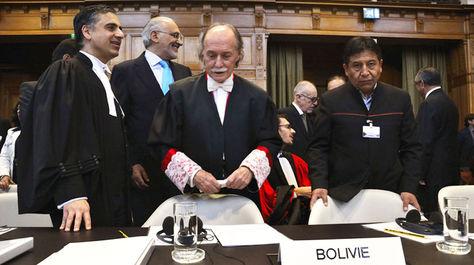 Antonio Remiro Brotons (c) en la CIJ, en las audiencias en 2015 para tratar impugnación de Chile a la jurisdicción de la corte.