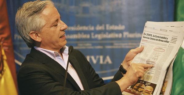 El vicepresidente, en conferencia de prensa,  donde dijo que presentó sus documentos dentro del plazo