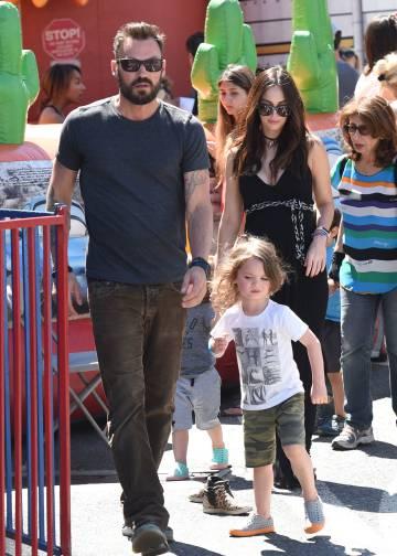 A la izquierda, la actriz junto a su marido y sus dos hijos, paseando por Los Ángeles en abril.