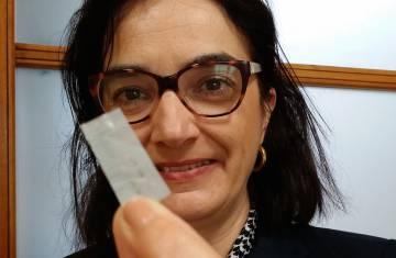 Elvira Fortunato muestra un chip de papel.