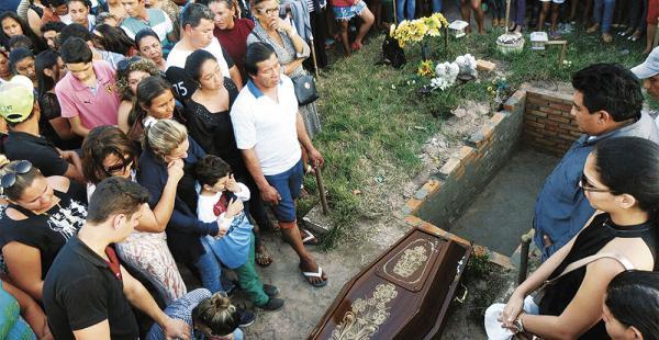 La tarde del domingo, familiares y amigos dieron el último adiós y cristiana sepultura a Dalmiro Velarde