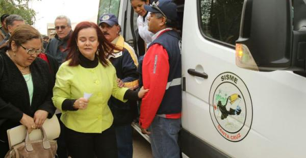 Sandra Velarde es ayudada a abandonar la sesión para ser atendida en una ambulancia del Sisme