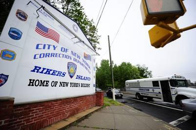La entrada de la prisión de Rikers Island, en Nueva York. / AFP