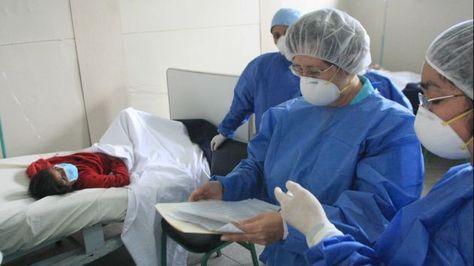 Una paciente es atendida, sospechosa de contraer el virus AH1N1. Foto: peru21.pe
