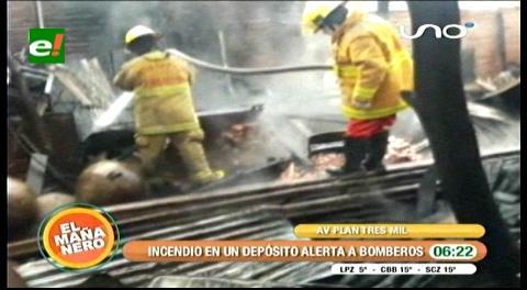 Santa Cruz: Fuego consume el depósito de una barraca