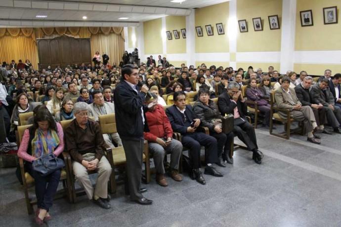 PARTICIPACIÓN. Los docentes de la Universidad tomaron decisiones en una asamblea general.