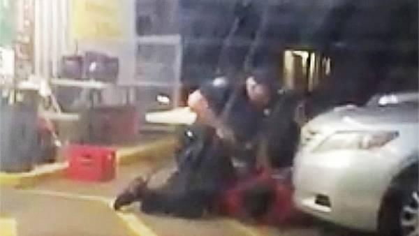 El momento en que el policía le dispara en la cabeza a su víctima, en Baton Rouge, Luisiana. /AP
