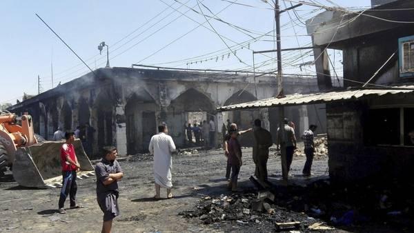 Varios hombres inspeccionan la escena donde se cometió el atentado suicida en el mausoleo del imán Said Mohamed en la localidad de Balad, Irak. /EFE