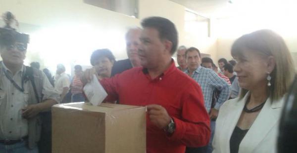 Waldo López, de Primero la Gabriel, emite su voto