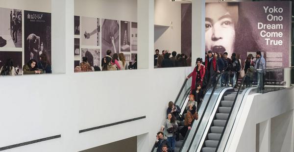 La muestra está compuesta por más de 80 trabajos, que incluyen objetos, videos, filmes, instalaciones y registros sonoros producidos por Ono