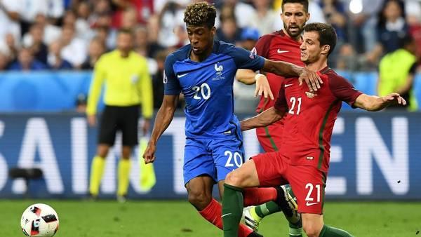Kingsley Coman la maneja ante la marca de Cedric Soares. AFP / FRANCK FIFE