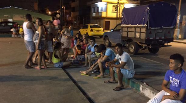 Pobladores de Esmeraldas salieron a las calles después de los sismos. Foto: Marcel Bonilla/ EL COMERCIO