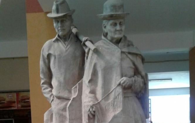 Crean estatuas en honor a padres de Evo, Filemón Escobar asegura que eso es propio de dictadores