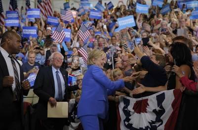 Hillary Clinton y el senador Bernie Sanders saludan a sus seguidores en New Hampshire. / Reuters