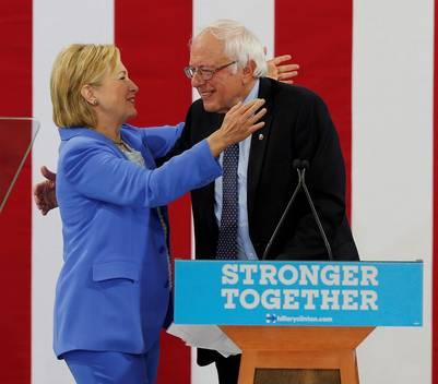 Bernie Sanders ofrece su apoyo a la candidatura de Hillary Clinton, en New Hampshire. / EFE