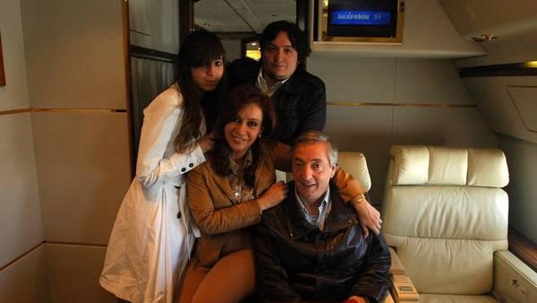 El fallecido ex presidente Néstor Kirchner, la ex presidente Cristina Fernández y sus hijos, Florencia y Máximo.