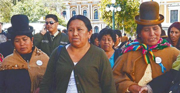 niega que goce de protección los opositores exigen a la fiscalía que investigue a la exministra La exministra Nemesia Achacollo dijo que ella es querellante, no investigada