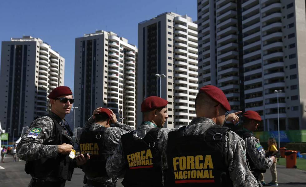 Agentes de las Fuerzas Armadas brasileñas recorren la Villa Olímpica de los Juegos Olímpicos.